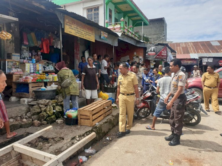 Dipimpin Camat Waikabubak, Kasubsektor Kota Waikabubak Ikut dalam Gelaran Penertiban Pasar oleh Tim Terpadu