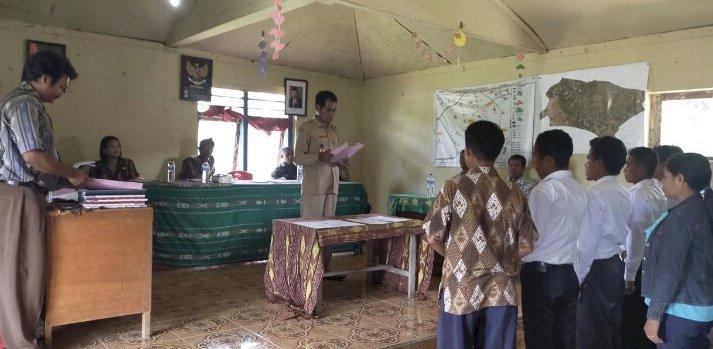 Wakili Kapolsek Lamboya, Bripka Bernad Hadiri Pelantikan Perangkat Desa Laboya Bawa