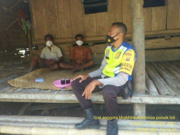 Imbau Prokes Dan Kamtibmas, Bripka Winfrid Sambangi Warga Desa Baliledo
