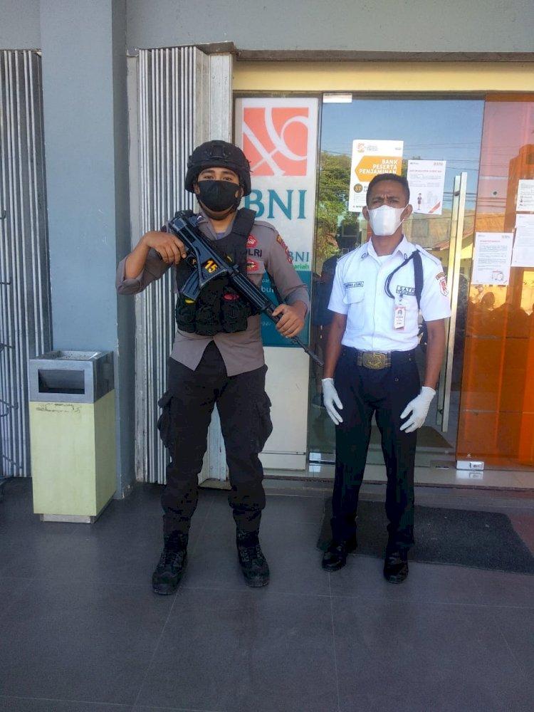 Jamin Keamanan Dan Kelancaran Bripda Diky Laksanakan Pam Obvit Di Bank BNI Cabang Waikabubak