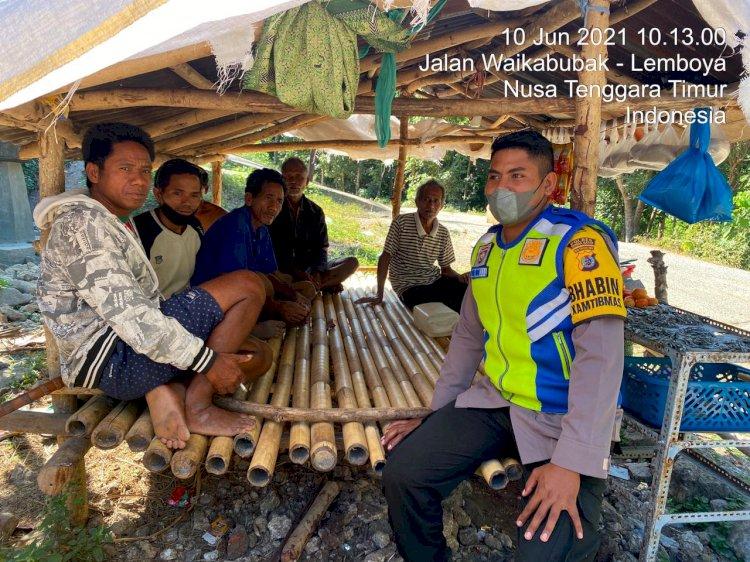 Sambangi Warga Kampung Bodowunta, Briptu Dewa Imbau Protokol Kesehatan Guna Cegah Lonjakan Covid-19
