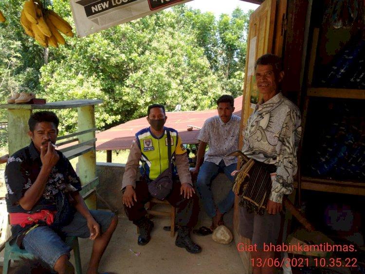 Berbincang Dengan Warga, Bripka Husnul Berikan Himbauan Covid 19