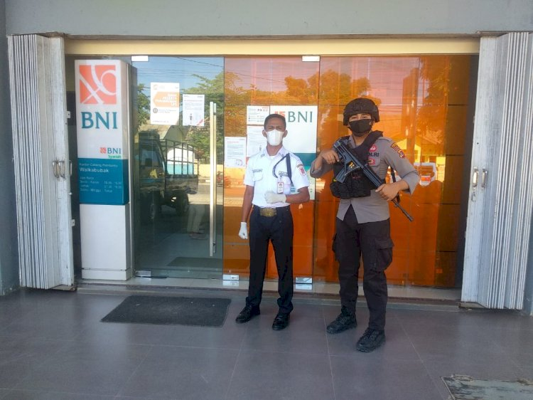 Jamin Keamanan Dan Kelancaran Anggota Sat Samapta Laksanakan Pam Obvit Di Bank BNI Cabang Waikabubak