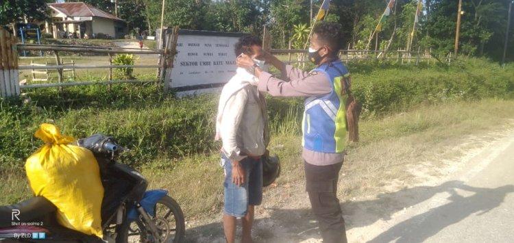 Personel Polsek Umbu Ratunggay Lakukan KRYD Dan Membagikan Masker Kepada Pengguna Jalan