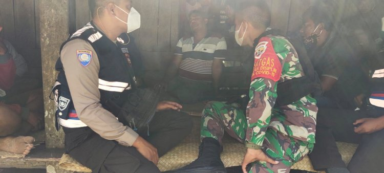 Sinergitas TNI-POLRI Bhabin Dan Bhabinsa Ajak Masyarakat Patuhi Prokes
